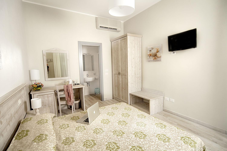 Hotel Lido – Camera matrimoniale piano terra con giardinetto privato attrezzato